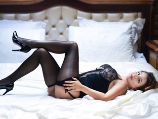 vanessaamare european cam babe shows striptease to excite you online